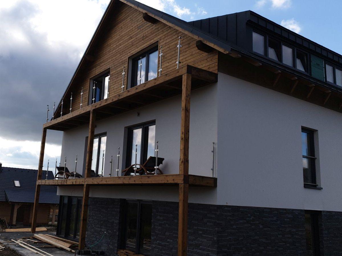 Pohled na dům s balkóny