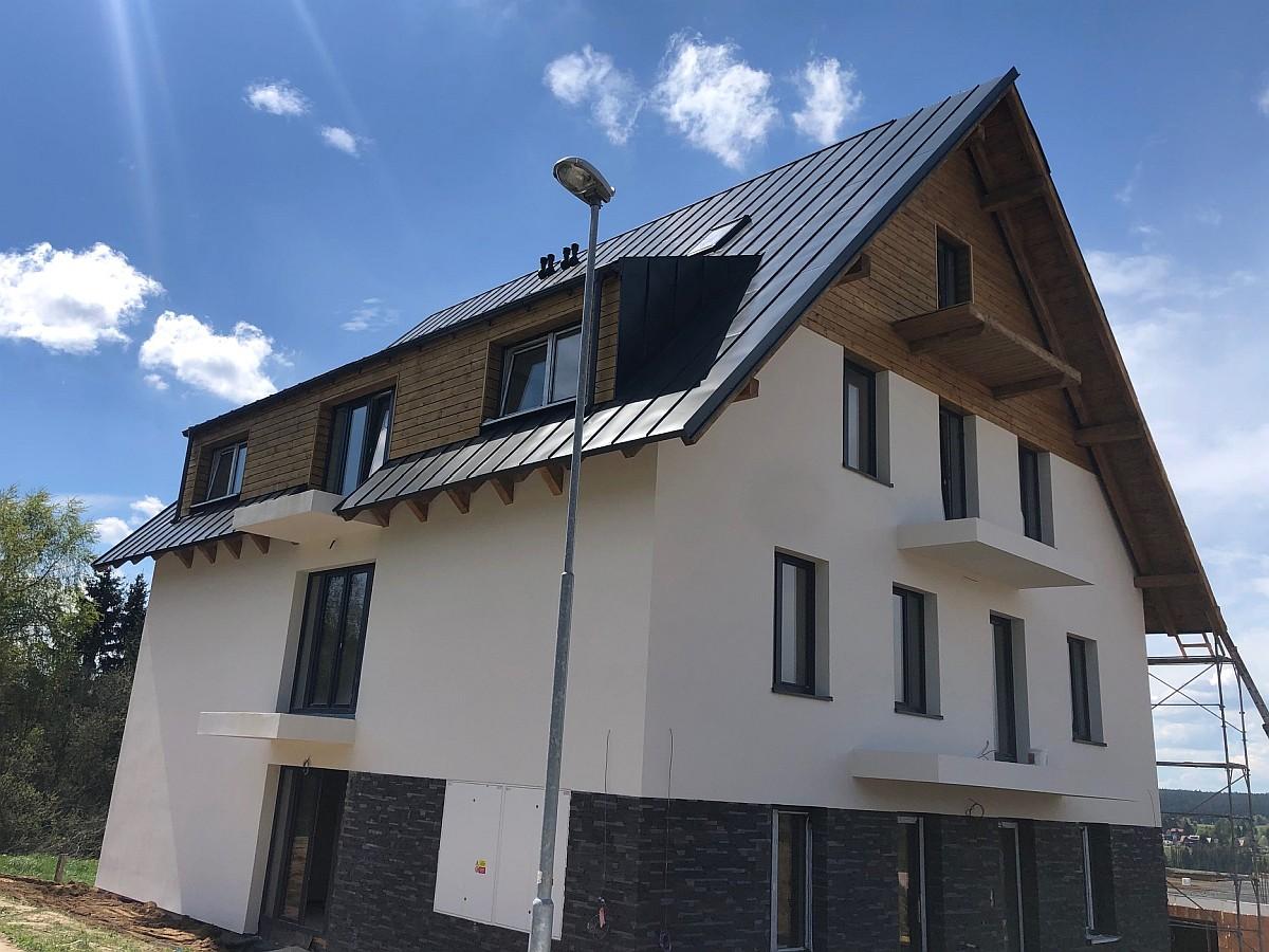 Dokončená střecha a fasáda