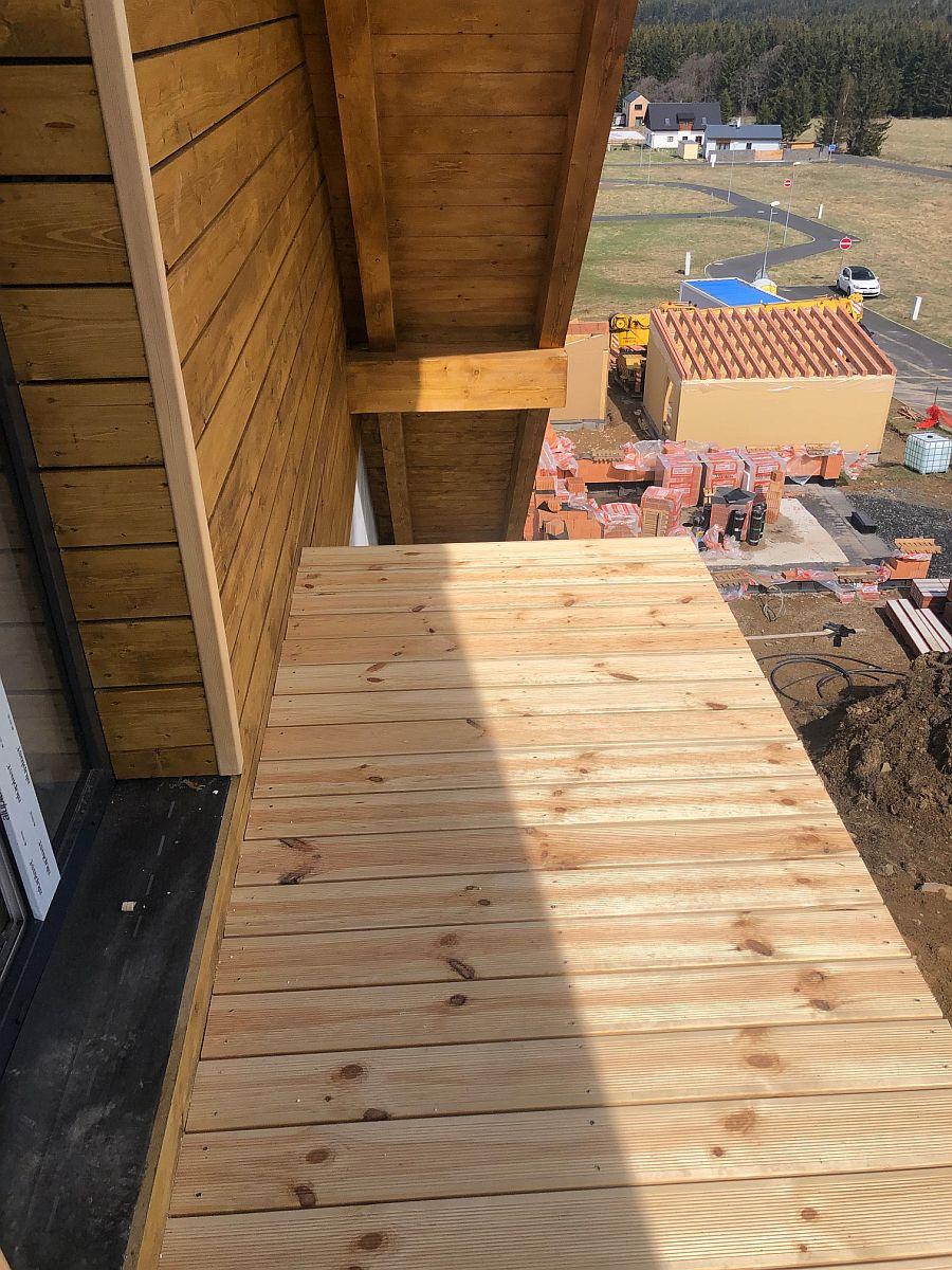 Dřevěná podlaha balkonu